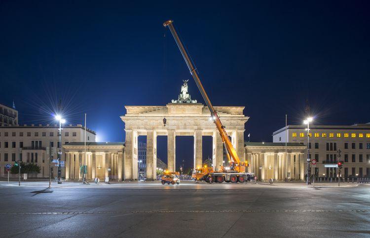 Abbildung eines Krans aus unserem Kranverleih vor dem Brandenburger Tor